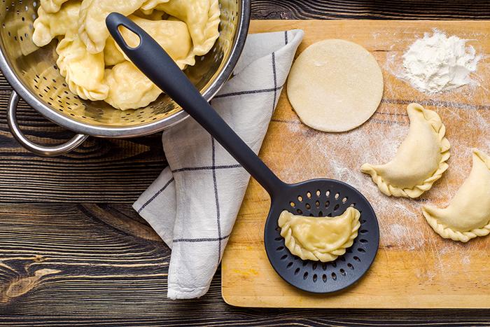 Pierogi z kaszą jaglaną, serem i miętą